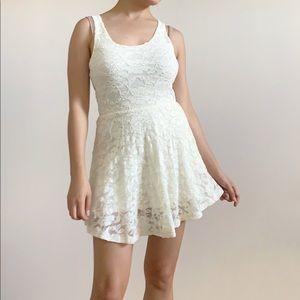 ✨2/$20✨Aritzia Dillema lace dress